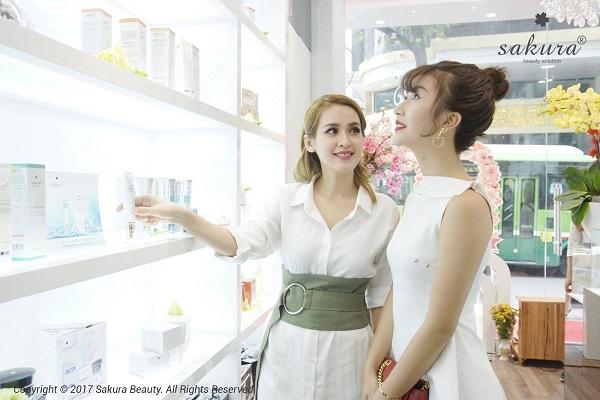 Tú Vi, Quỳnh Anh Shyn đẹp dịu dàng tại sự kiện Ngày vàng tỏa sáng sắc da