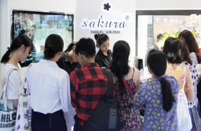 Giải mã cơn sốt  showroom Sakura diện mạo mới khiến hàng trăm người phải đứng chờ từ sớm trong ngày khai trương