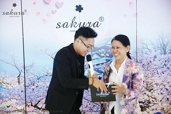 TS. BS Đào Hoàng Thiên Kim đang phân tích nguyên nhân gây nám da cho chị Thu Thảo (Biên Hòa).