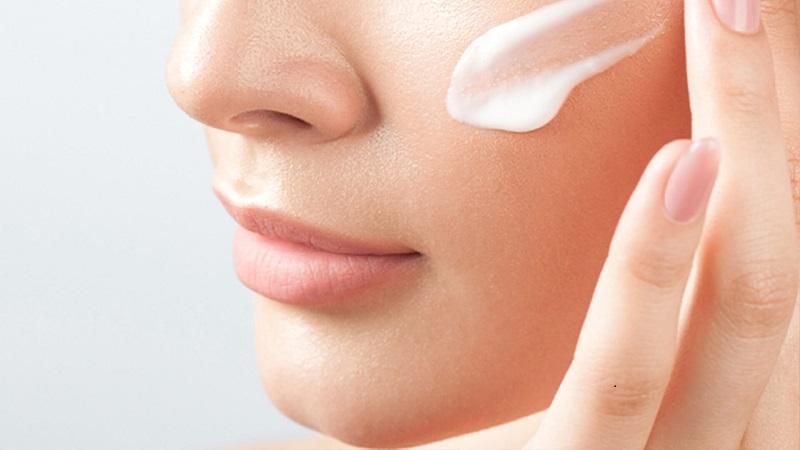 sử dụng kem dưỡng ban ngày kiểm soát lượng dầu, bảo vệ da khỏi tia uv