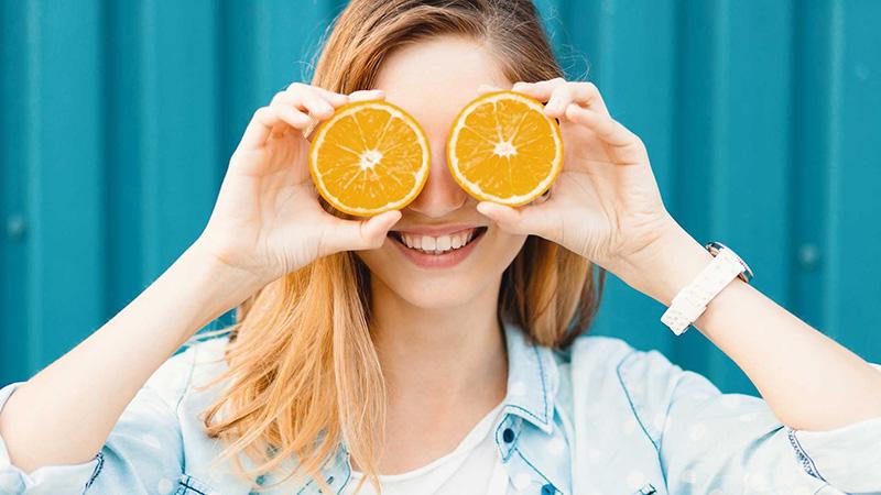 Vitamin C giúp tăng khả năng tổng hợp protein collagen cho da bị hư hỏng
